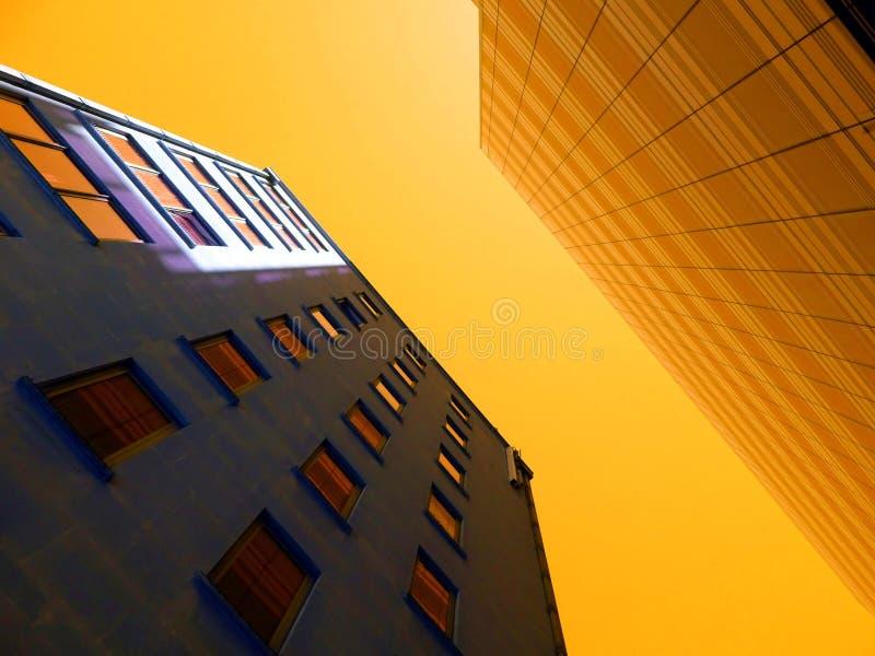 Construções altas da elevação no por do sol