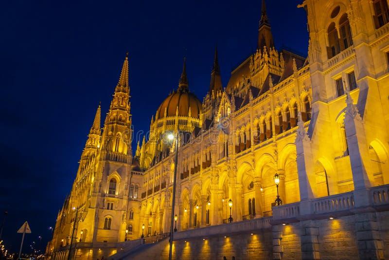 Construções antigas do parlamento húngaro e os templos e as construções medievais foto de stock royalty free