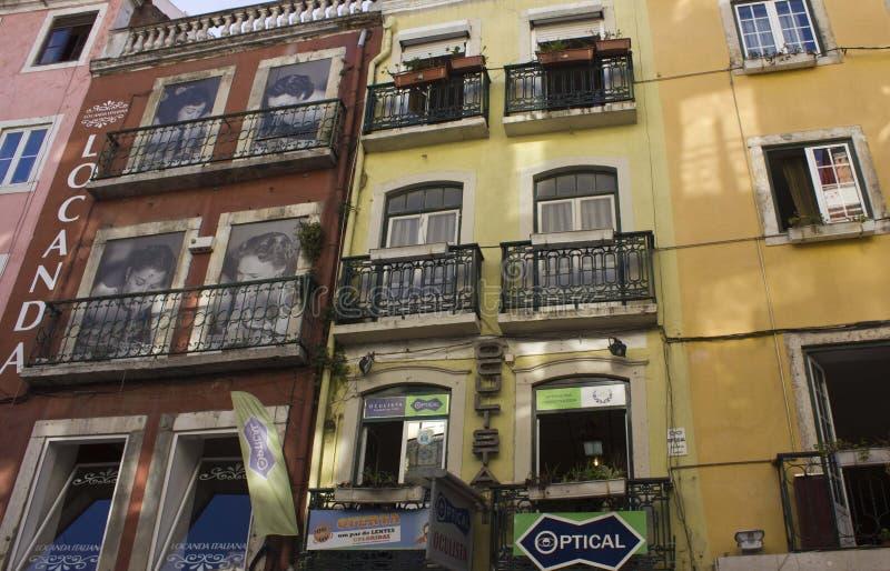 Construções antigas em Lisboa com janelas pintadas imagens de stock