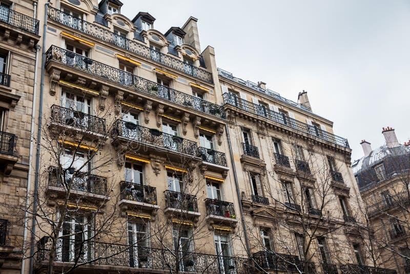 Construções antigas na rua de Danton em Paris imagens de stock royalty free
