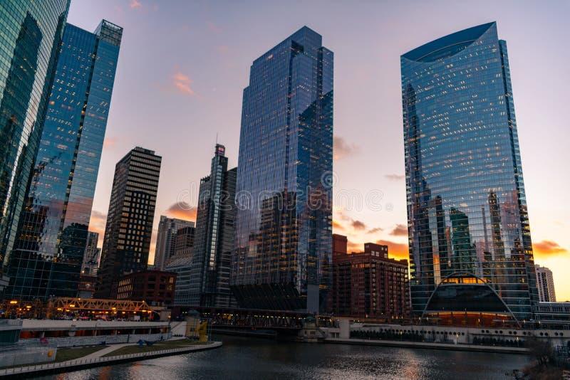 Construções ao longo do Chicago River durante o por do sol fotografia de stock royalty free