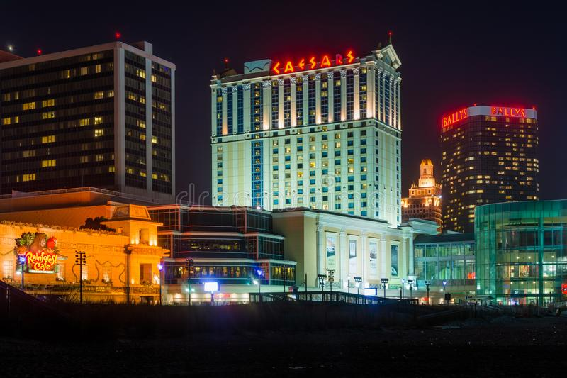 Construções ao longo do passeio à beira mar na noite, em Atlantic City, New-jersey imagem de stock