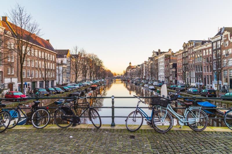 Construções ao longo dos canais de Amsterdão em preto e branco fotografia de stock