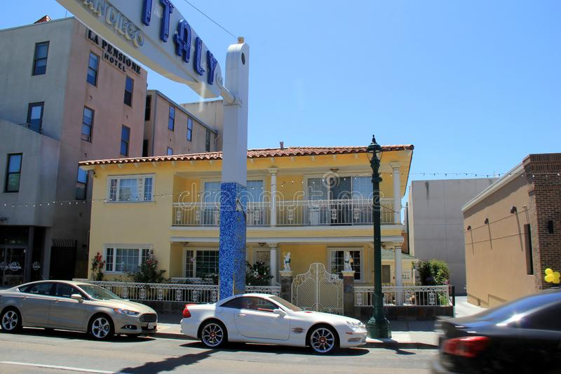Construções brilhantes e coloridas na rua principal que conduz em pouco Itália, San Diego, Califórnia, 2016 fotografia de stock royalty free