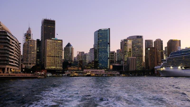 Construções circulares no crepúsculo, Sydney do cais e da cidade, Austrália imagem de stock