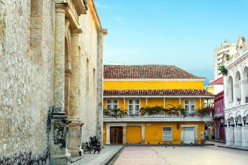 Construções coloniais ao lado da catedral de Cartagena fotografia de stock