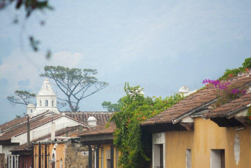 Construções coloniais e ruas cobbled em Antígua, Guatemala, América Central fotos de stock