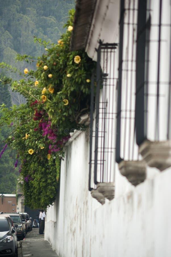 Construções coloniais e ruas cobbled em Antígua, Guatemala, América Central foto de stock