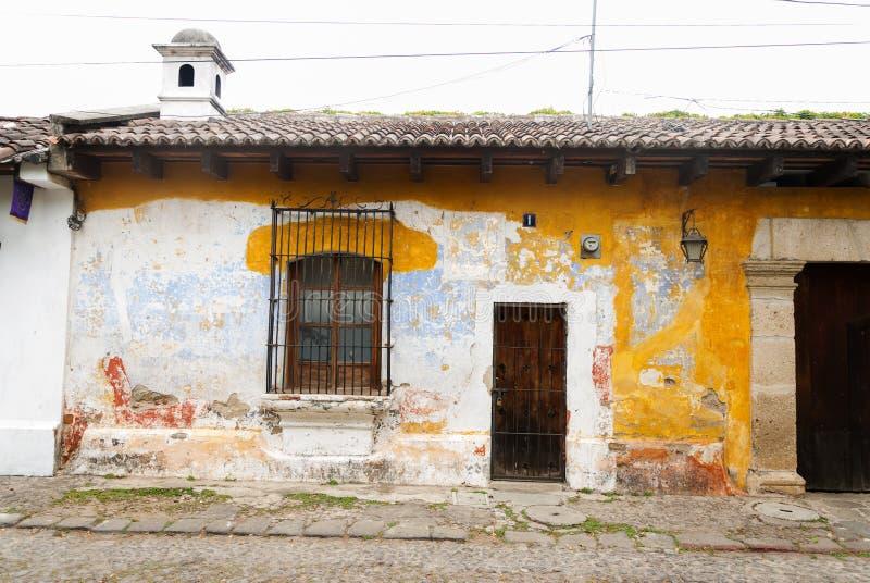 Construções coloniais e ruas cobbled em Antígua, Guatemala, América Central imagens de stock royalty free