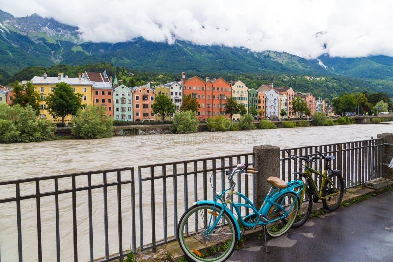 Construções coloridas ao longo da pensão do rio em Innsbruck fotografia de stock