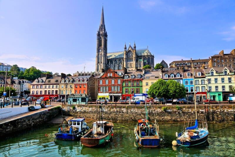 Construções coloridas, barcos velhos e catedral, porto de Cobh, cortiça do condado, Irlanda foto de stock royalty free
