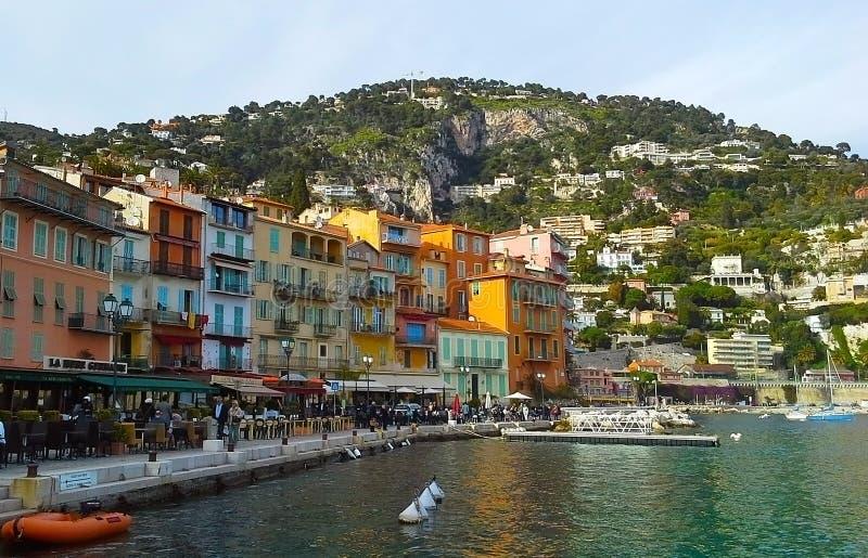 Construções coloridas com arquitetura tradicional perto do porto de Villefranche-sur-Mer, Riviera francês, França imagem de stock