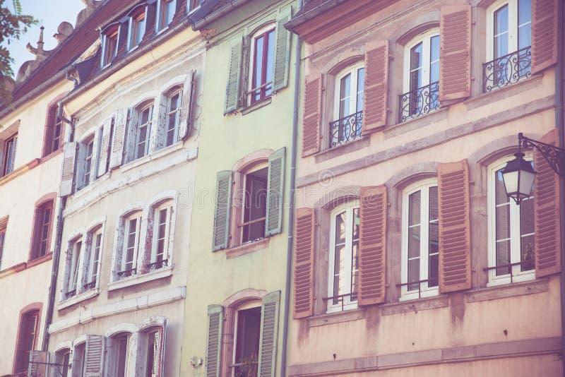 Construções coloridas com janelas e obturadores em Strasbourg França imagens de stock