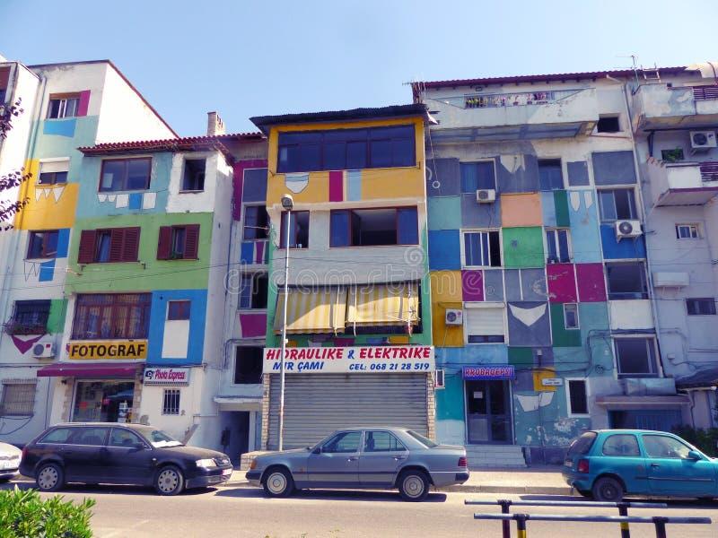 Construções coloridas como um arco-íris nos subúrbios de Tirana Albânia fotografia de stock