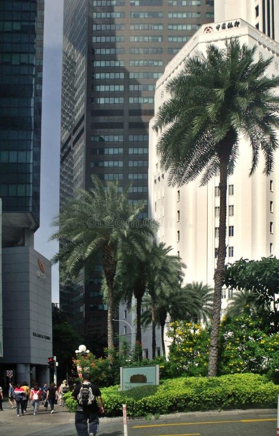 Construções comerciais com os povos que andam ao longo de Fullerton em Singapura fotos de stock