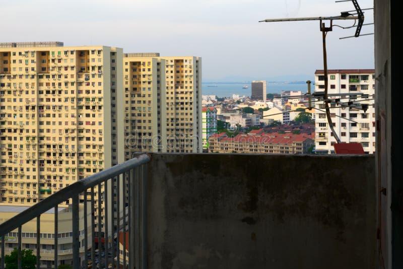 Construções complexas alinhadas com a antena de televisão antes e o mar fotografia de stock