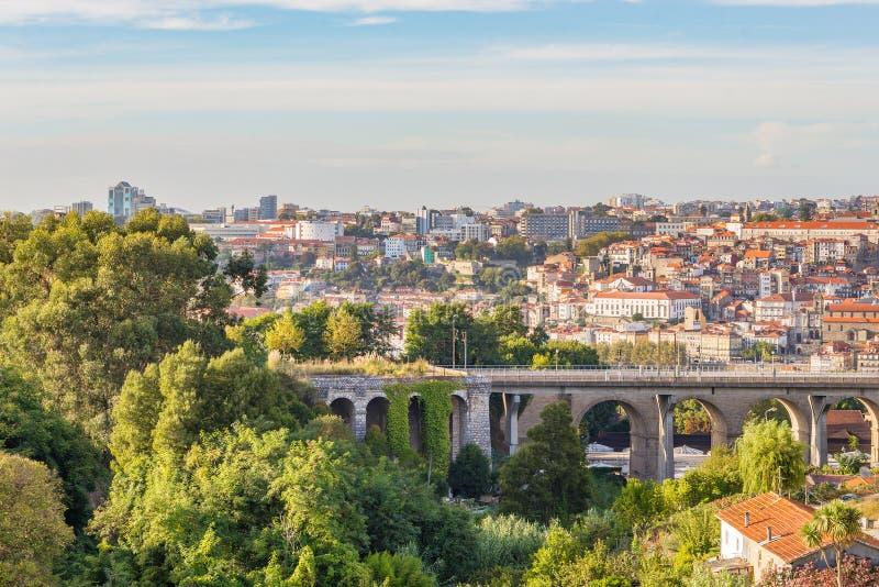 Construções da arquitetura da cidade do viaduto do subúrbio da cidade de Porto fotos de stock