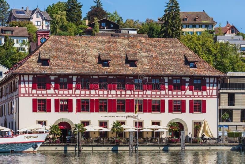 Construções da cidade de Schaffhausen ao longo do Rhine River fotografia de stock