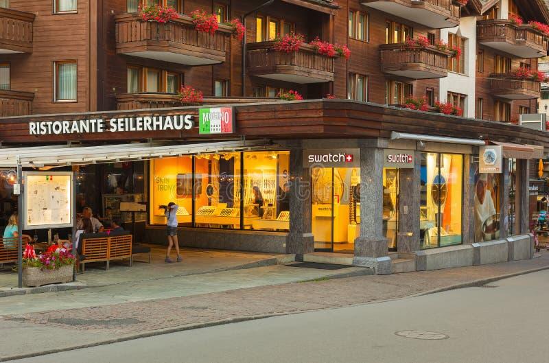 Construções da cidade de Zermatt ao longo da rua de Bahnhofstrasse na noite foto de stock