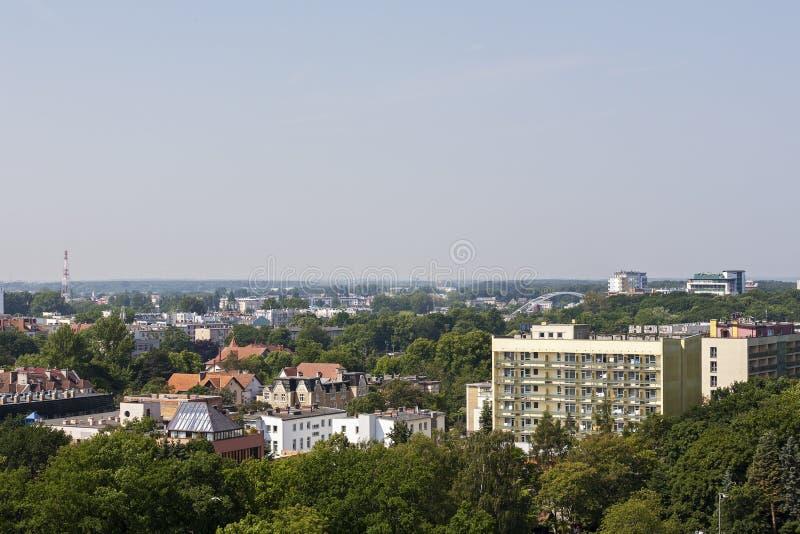 Construções da cidade entre áreas verdes em Kolobrzeg foto de stock