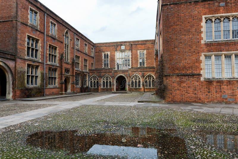 Construções da faculdade na faculdade de Winchester, Reino Unido fotos de stock royalty free