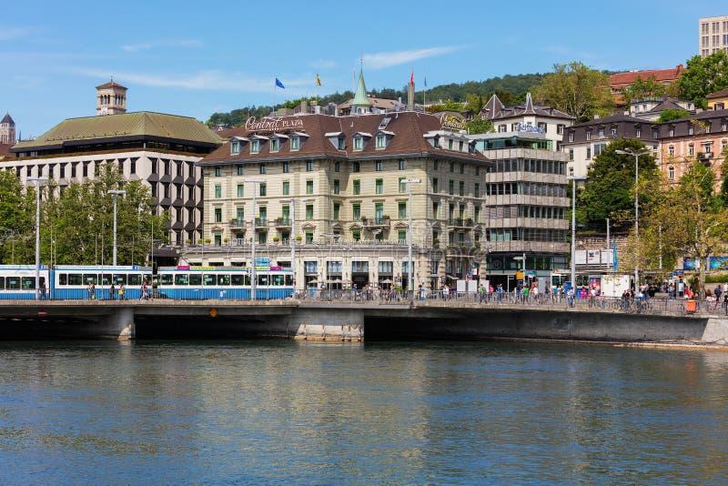 Construções da parte histórica da cidade de Zurique na mola foto de stock royalty free