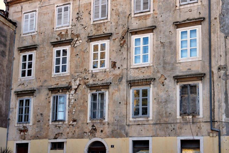 Construções danificadas guerra na Croácia de Zadar foto de stock
