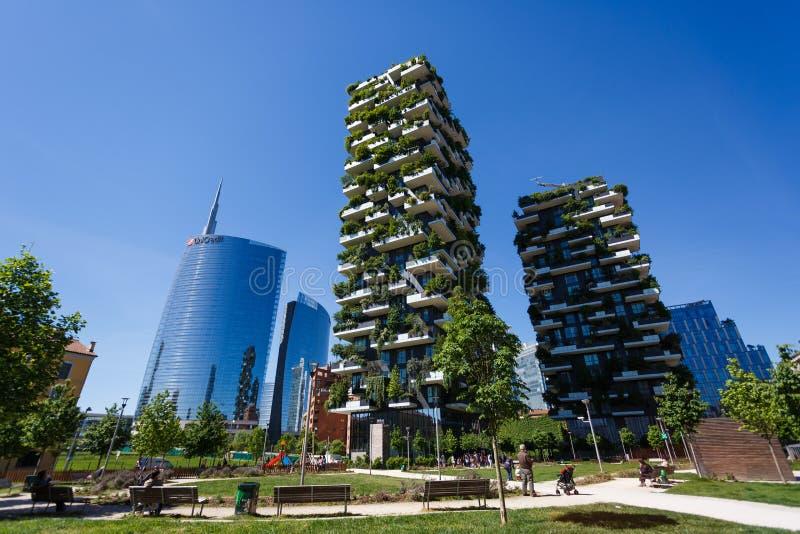 Construções de Bosco Verticale em Milão imagem de stock