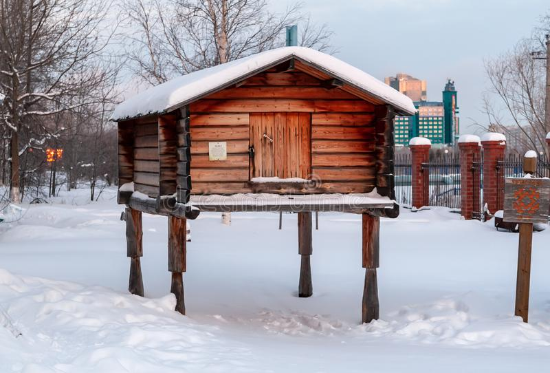 Construções de exploração agrícola tradicionais dos povos do norte distante: alojamento de caça em polos de madeira altos para o  fotos de stock