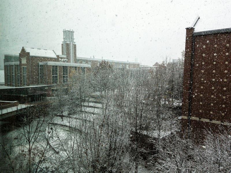 Construções de Georgia Tech durante a tempestade da neve imagens de stock