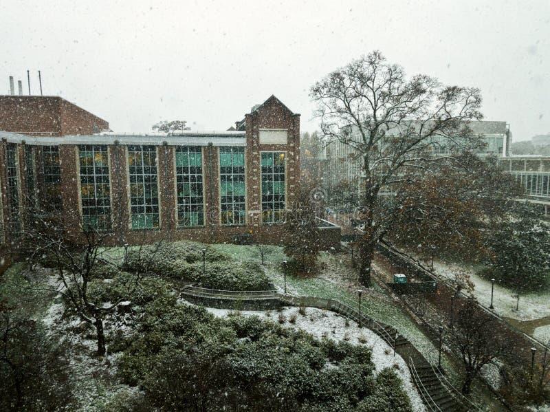 Construções de Georgia Tech durante a tempestade da neve foto de stock royalty free