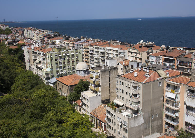 Construções de Izmir ao longo do golfo de Izmir imagens de stock royalty free