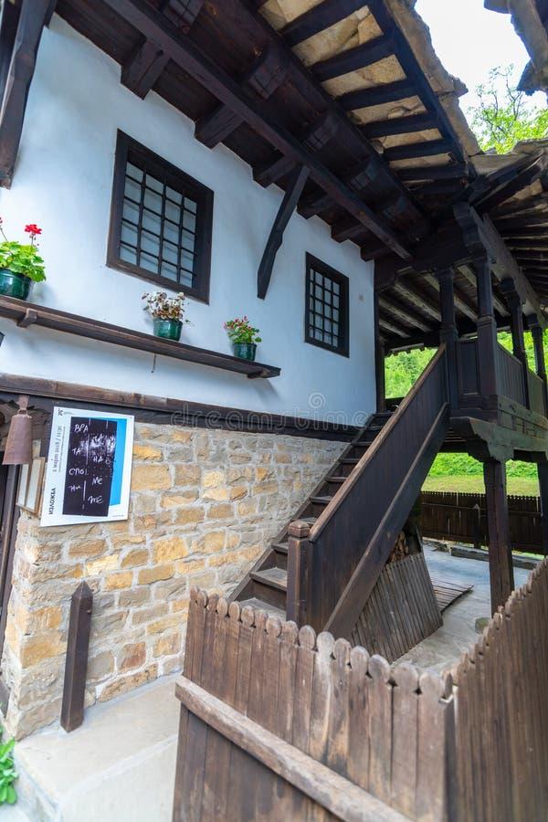 Construções de madeira na arquitetura búlgara nacional na Museu-reserva de Etera imagens de stock royalty free