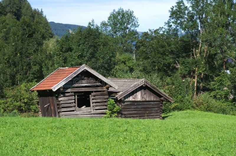 Construções de madeira rústicas nos cumes austríacos imagem de stock