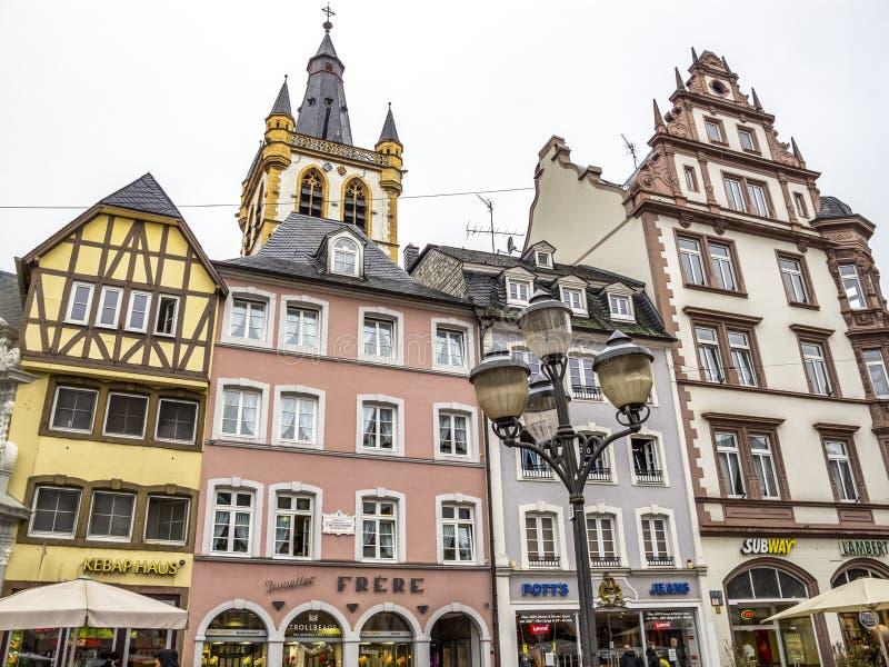 Construções de mercado principais no Trier, Alemanha, vista exterior parcial fotos de stock