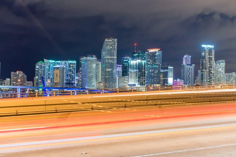 Construções de Miami na noite Skyline bonita da cidade fotos de stock