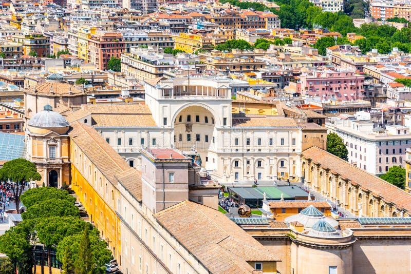Construções de museus do Vaticano Vista aérea da abóbada de St Peters Basilica, Roma, Itália fotografia de stock