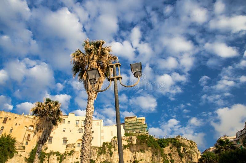Construções de pedra coloridas da cidade de Tropea sobre o penhasco, Calabria, foto de stock
