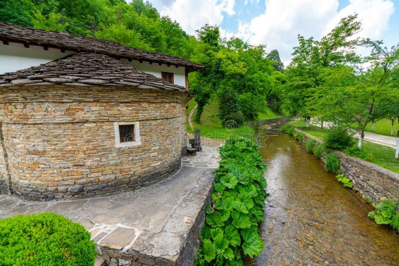 Construções de pedra e cais de pedra no ` complexo etnográfico de Etera do ` em Bulgária foto de stock royalty free
