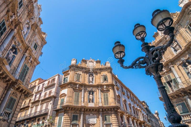 Construções de Pretoria da praça em Palermo, Itália imagem de stock