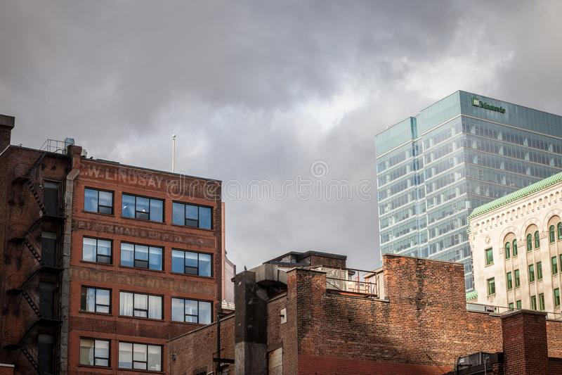 Construções de tijolo velhas, architecure americano, e arranha-céus de vidro do negócio moderno que estão em Montreal do centro imagem de stock royalty free