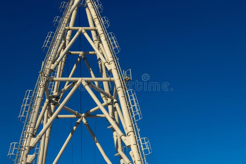 Construções de torres & de cabos aéreos do elevador de esqui contra o céu azul imagem de stock
