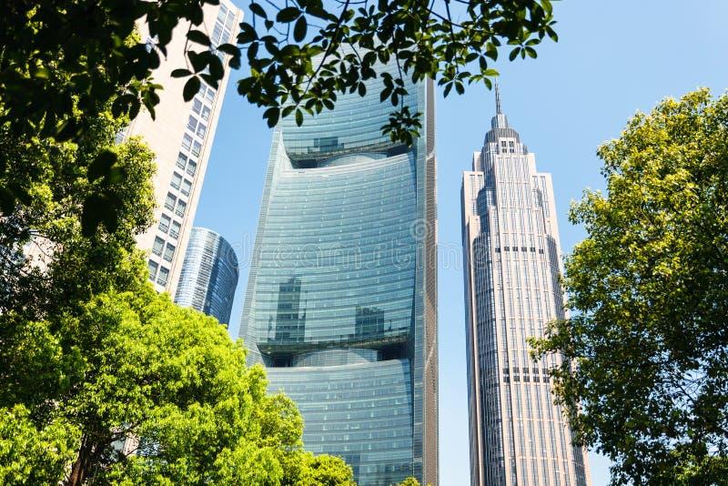 Construções de vidro modernas na cidade de Guangzhou na mola imagens de stock