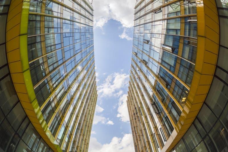 Construções de vidro modernas, opinião do fisheye foto de stock