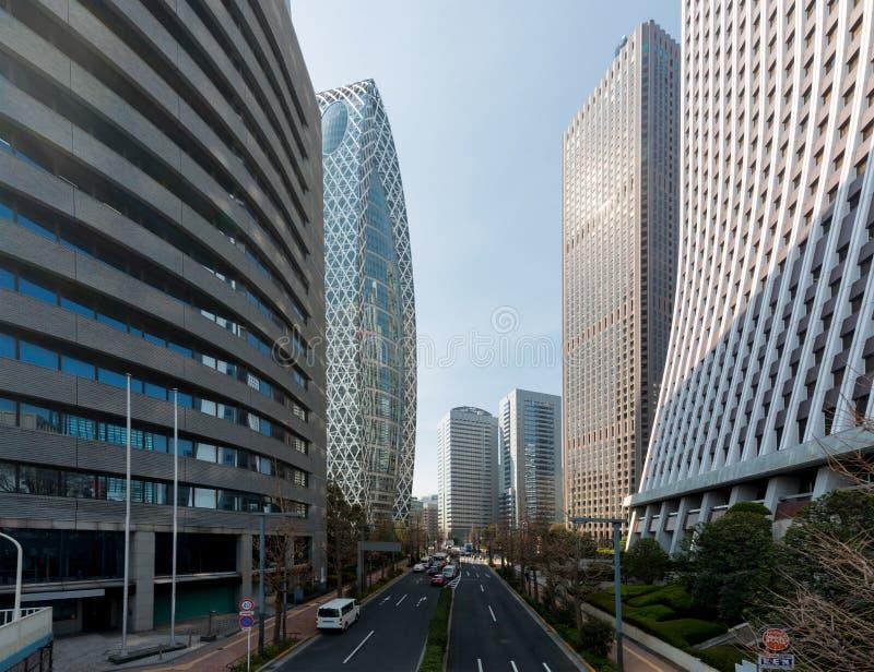 Construções do arranha-céus do Tóquio e céu azul com a rua em Shinjuku, imagem de stock royalty free
