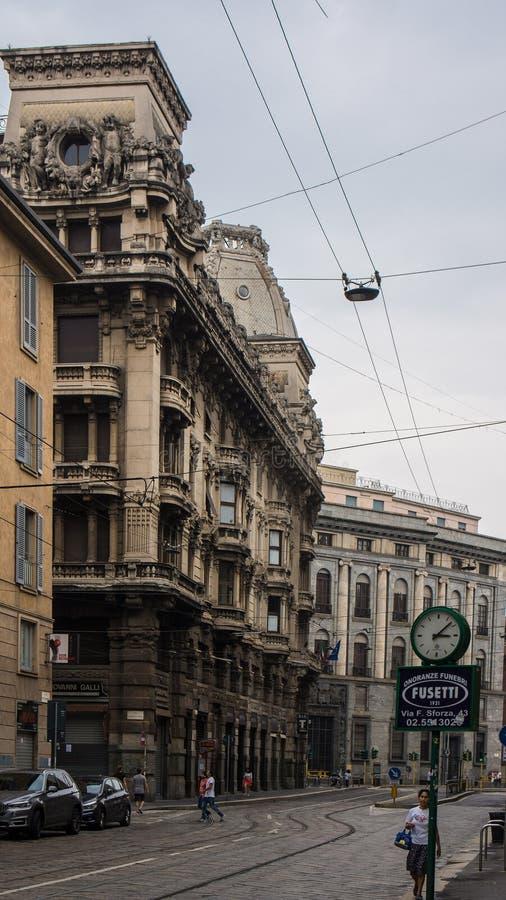 Construções do balcão e da Milão do relógio fotos de stock royalty free
