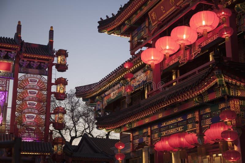 Construções do chinês tradicional iluminadas no crepúsculo no Pequim, China imagem de stock
