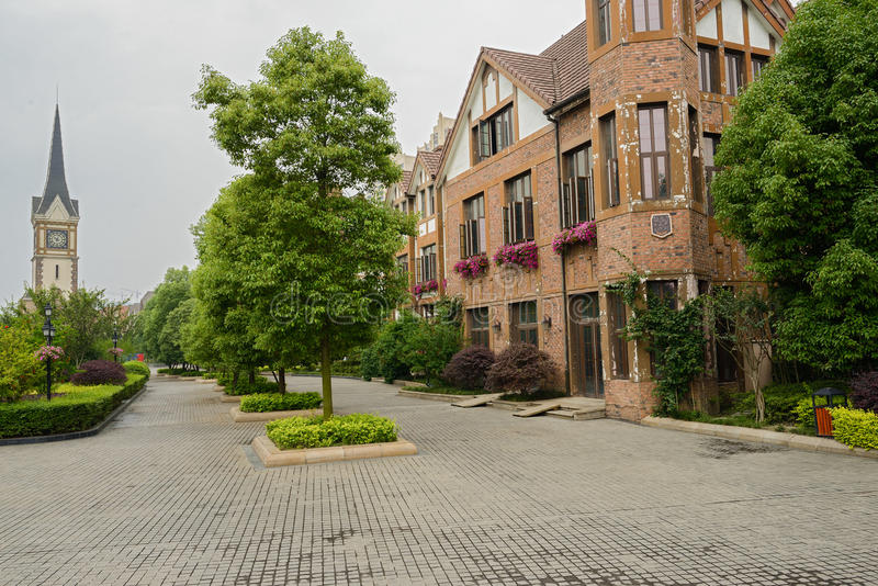 construções do Europeu-estilo ao longo da rua foto de stock