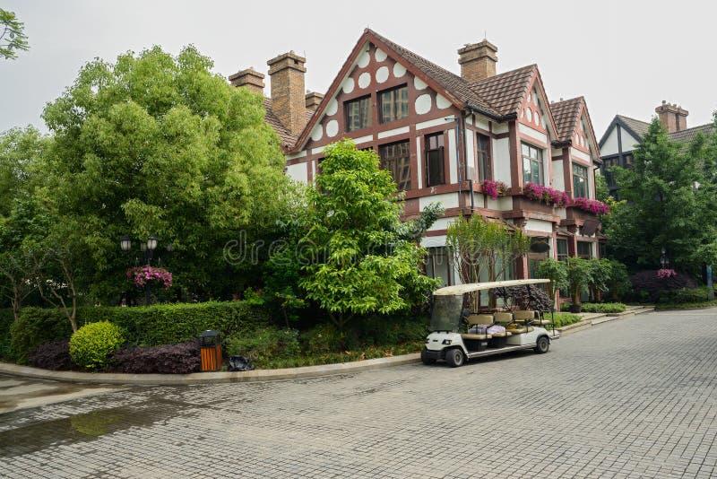 construções do Europeu-estilo no canto da rua na mola imagem de stock royalty free
