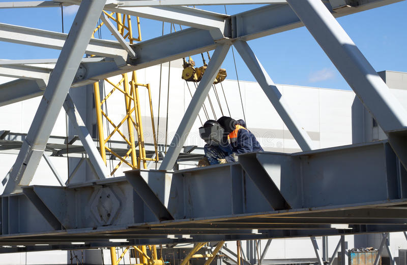 Construções do metal de soldas do trabalhador da soldadura elétrica imagens de stock royalty free